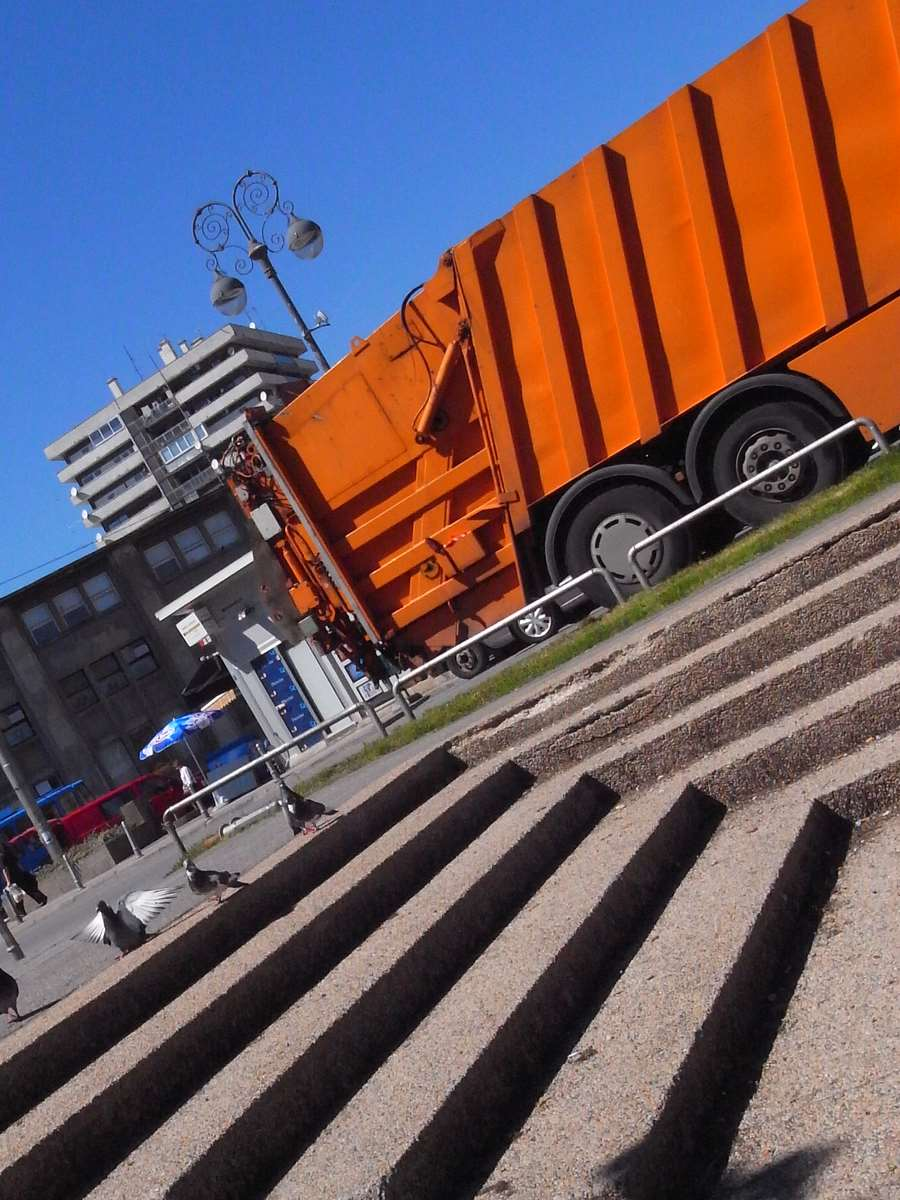 Steps and lines in the orange trash